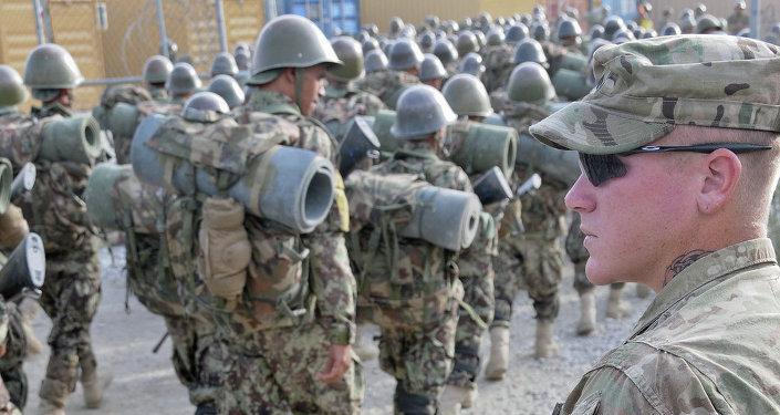 Soldado norte-americano supervisiona um regimento afegão