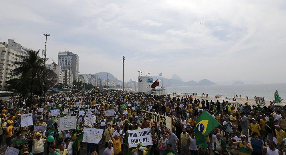 Moradores protestam contra a presidenta Dilma Rousseff em Copacabana, Rio de Janeiro