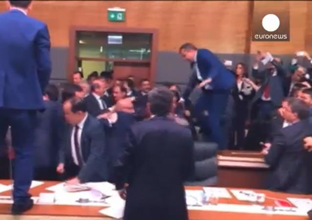 Deputados brigam na Assembleia Nacional turca