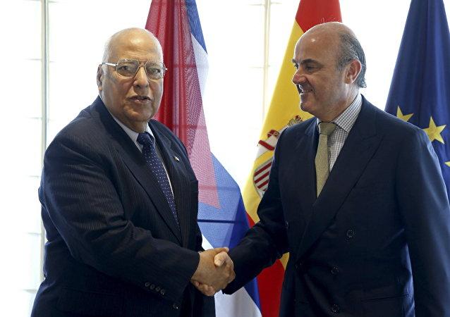 Vice-presidente de Cuba, Ricardo Cabrisas, e o ministro de Economia e Competitividade da Espanha, Luis de Guindos