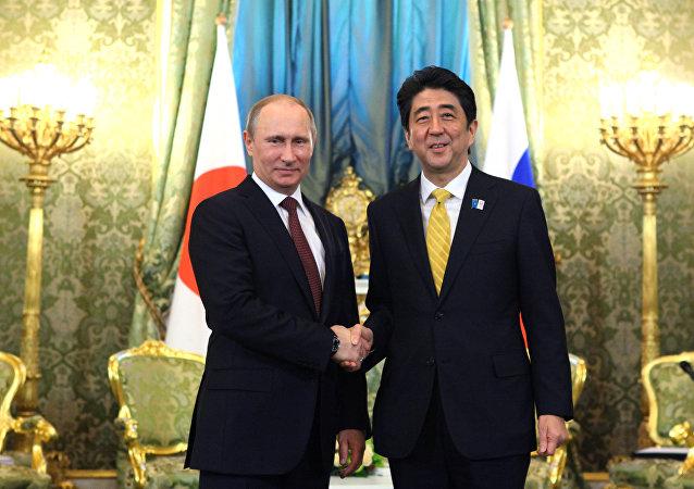 Presidente da Rússia Vladimir Putin e Primeiro-ministro do Japão Shinzo Abe durante a reunião no Kremlin, 2013