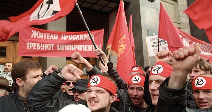 Membros de movimentos políticos de esquerda manifestam a favor de impeachment do presidente russo Boris Yeltsin em frente do edifício de Duma de Estado, Moscou, Rússia, 1993