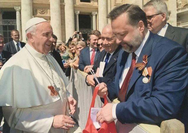 Papa Francisco e deputado comunista russo Pavel Dorokhin com fitas de São Jorge