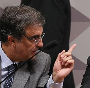 Advogado-geral da União, José Eduardo Cardozo, ao lado do senador tucano Antonio Anastasia