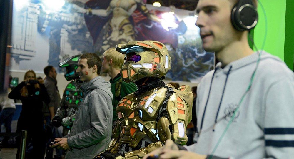 Visitantes experimentam um videogame no stand da Xbox na exposição IgroMir 2014, em Moscou