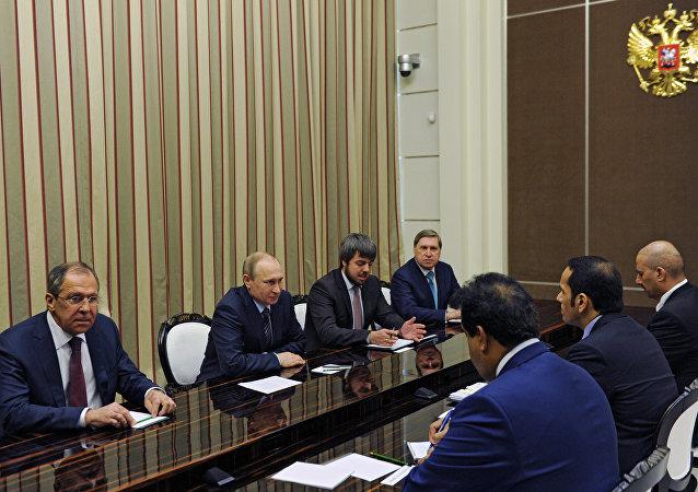 Presidente russo Vladimir Putin em encontro no Kremlin com o ministro das Relações Exteriores do Qatar