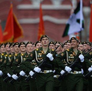 Os militares russos durante o ensaio geral da Parada de Vitória na Praça Vermelha em Moscou, 7 de maio de 2016.