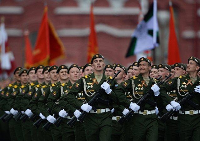 Militares russos durante o ensaio geral da Parada da Vitória na Praça Vermelha, em Moscou, 7 de maio de 2016.