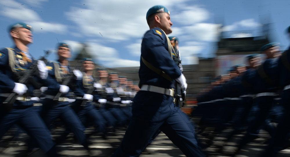 Os militares russos durante o ensaio geral da Parada da Vitória na Praça Vermelha em Moscou, 7 de maio de 2016.