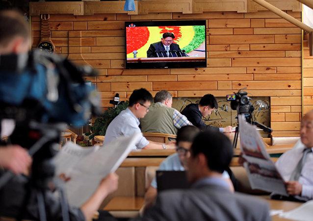 Repórteres estrangeiros durante a transmissão do congresso do Partido dos Trabalhadores da Coreia do Norte