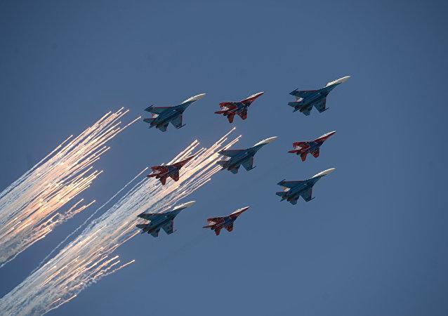 Equipes de acrobacia aérea Russkie Vityazi (Su-27) e Strizhi (MiG-29) participam da Parada da Vitória de 9 de maio de 2016, em Moscou