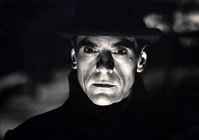 Filme Kafka de 1991, com o escritor interpretado pelo ator Jeremy Irons