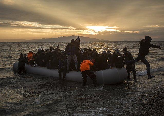Refugiados e migrantes desembarcam na praia após atravessar o mar Egeu, 2016