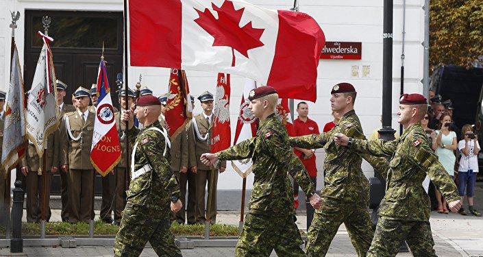 Unidade militar do Canadá marcha em Varsóvia, na Polônia, durante para militar do dia das Forças Armadas da Polônia