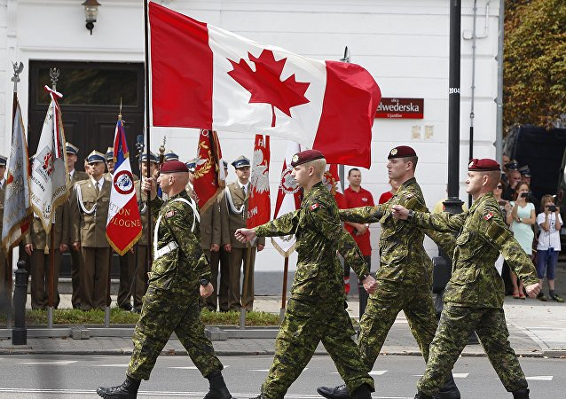 Militares do Canadá marcham durante a parada militar na Varsóvia