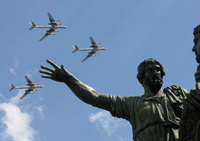 Bombardeiros estratégicos russos Tu-95MS durante vôos de treinamento para parada militar de 9 de maio