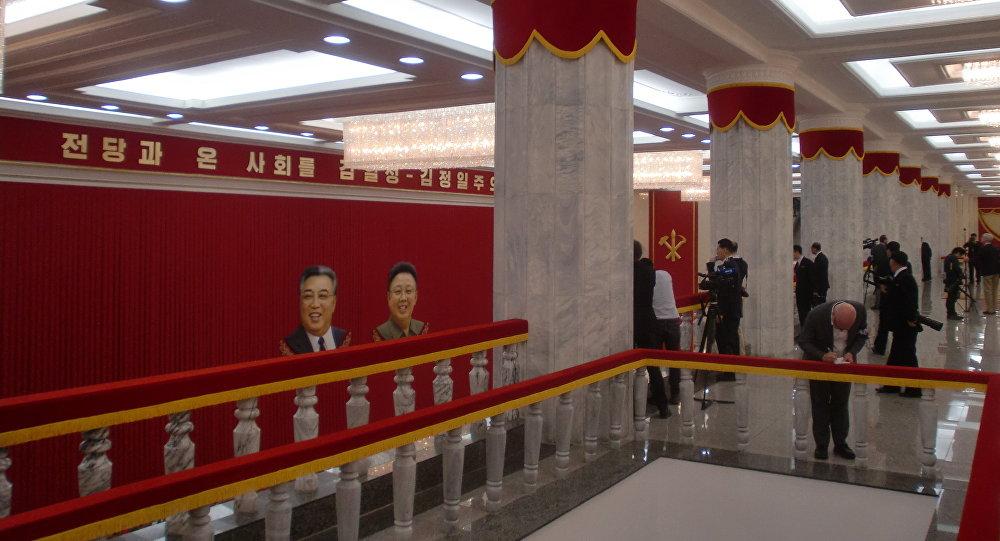 Jornalistas se preparam para seu trabalho no Palácio da Cultura Popular em Pyongyang, em 9 de maio de 2016, no último dia da VII Reunião do Partido dos Trabalhadores da Coreia do Norte