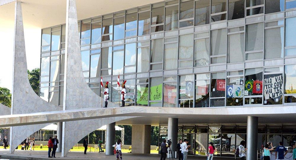Brasília – DF – Faixas e cartazes contra o possível afastamento da presidenta Dilma Rousseff são afixados no Palácio do Planalto.