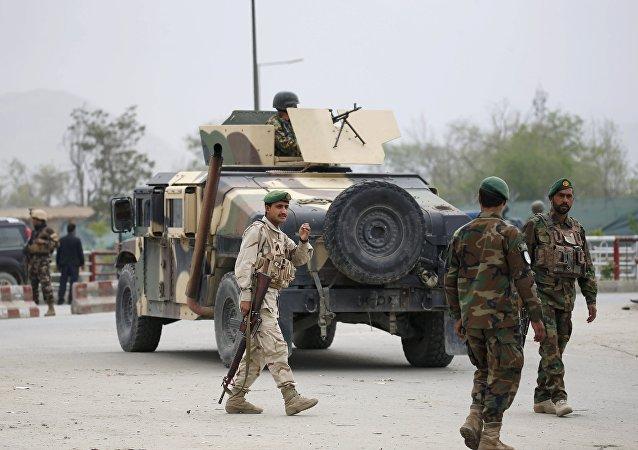Agentes do Exército Nacional do Afeganistão em Cabul, no local de um ataque com carro-bomba em janeiro de 2016
