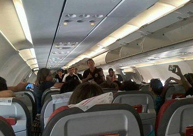 73 feministas presas pela PF dentro de avião da TAM