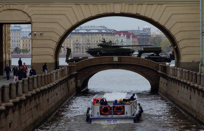 Nos bastidores do desfile militar em São Petersburgo