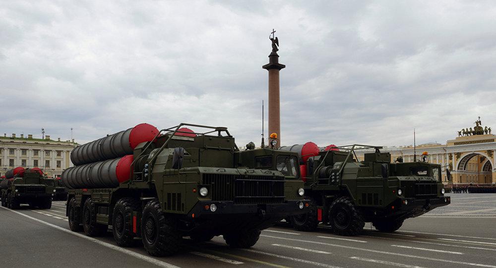 Sistemas da defesa antimíssil S-300 durante os ensaios  do desfile militar na Praça do Palácio em São Petersburgo, maio de 2016