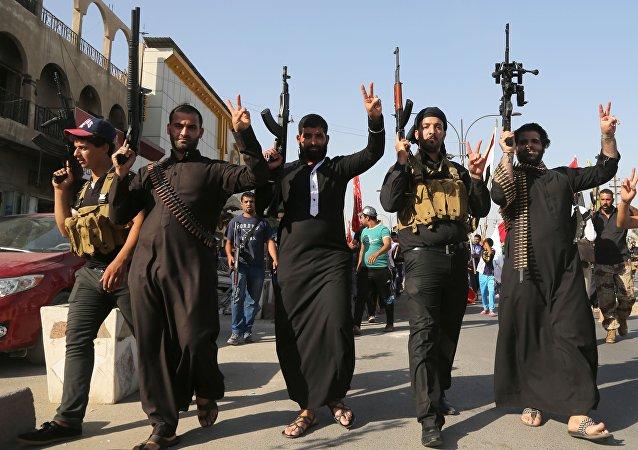 Militantes do grupo terrorista Daesh exibindo suas armas (arquivo)