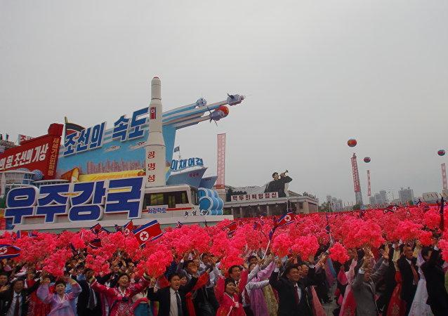 Um foguete espacial norte-coreano é mostrado em Pyongyang durante o desfile militar de 11 de maio de 2016