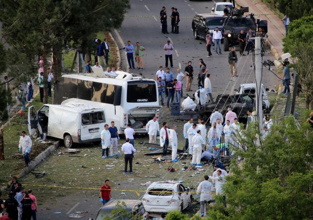 Os policiais e especialistas de Medicina Legal depois de explosão do carro-bomba na cidade turca de Diyarbakir