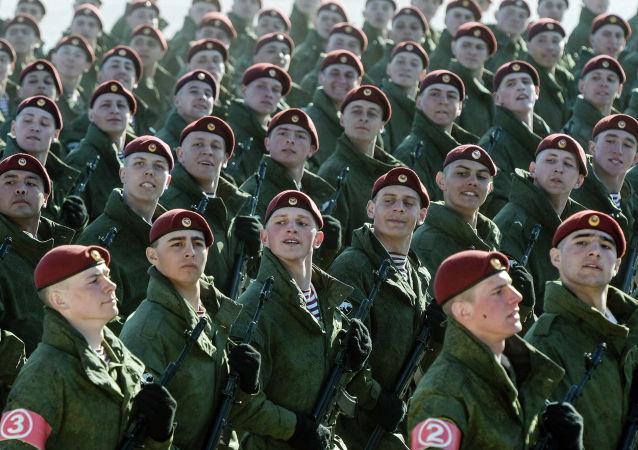 Militares ensaiam para a Parada da Vitória