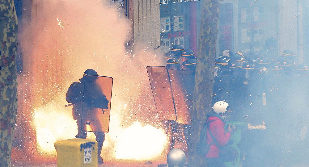 Polícia francesa enfrenta manifestantes em Paris, durante protestos contra a reforma trabalhista