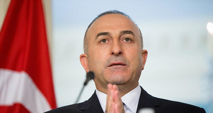 Mevlut Cavusoglu © AP Photo / Andrew Harnik - EUA devem parar de apoiar 'extremistas' na Síria, diz ministro turco