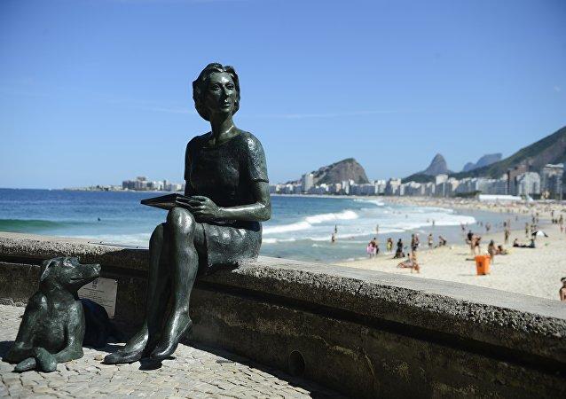 Escritora Clarisse Lispector ganha estátua no Rio