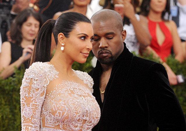 Kim Kardashian e Kanye West chegam no Metropolitan Museum of Art.