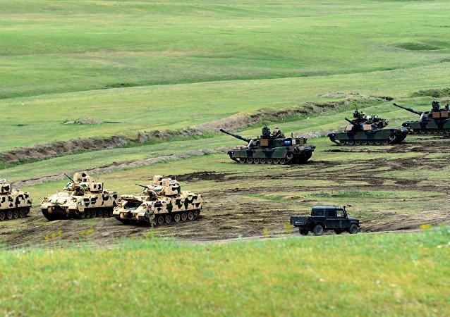 Veículos de combate de infantaria Bradley e tanques M1A2 Abrams norte-americanos durante os exercícios conjuntos georgiano-americanos Noble Partner 2016 perto de Tbilisi, Geórgia, 18 de maio de 2016