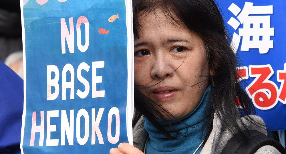 Uma manifestante contra a base aérea militar dos EUA em Okinawa, Japão
