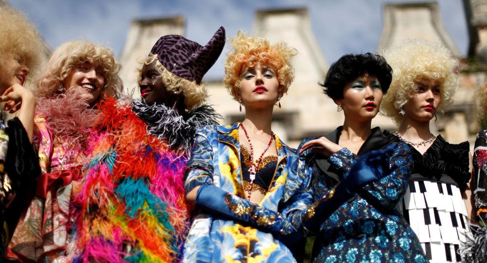As modelos durante o desfile no porto da cidade de Sydney no âmbito da Semana da Moda Australiana