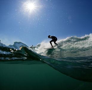 Um surfista pega uma onda (imagem ilustrativa)