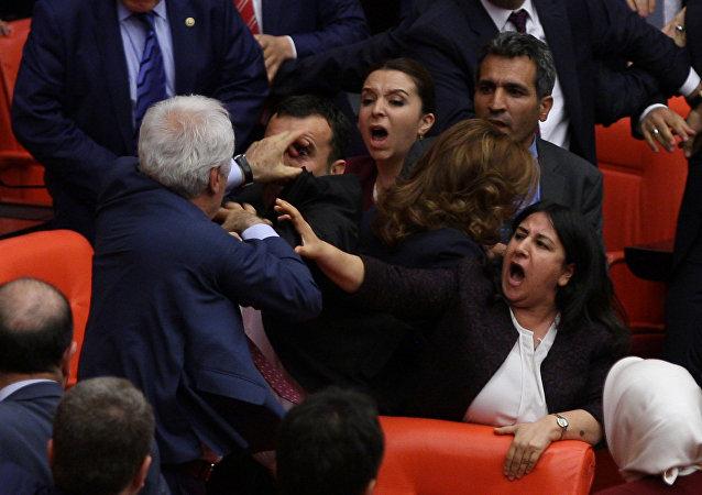 Deputados do partido governista turco e da formação pró-curda HDP no parlamento em Ancara, Turquia: 27 de abril de 2016