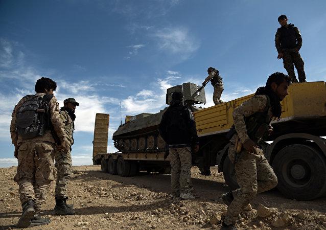 Combatentes das Forças Democráticas da Síria junto com um blindado