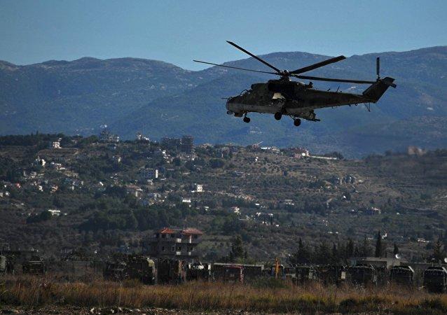 Helicóptero russo Mi-24 perto da base aérea de Hmeymim na Síria