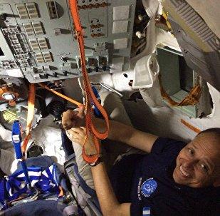 Vinicio Montoya no interior da nave espacial Soyuz
