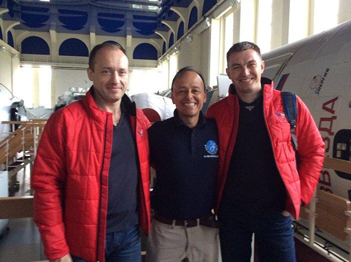 Vinicio Montoya com dois cosmonautas russos