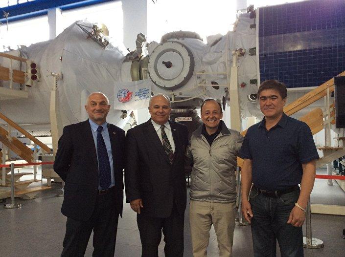 Vinicio Montoya e o embaixador da Guatemala na Rússia, Herbert Estuardo Meneses Coronado, (ambos ao centro)