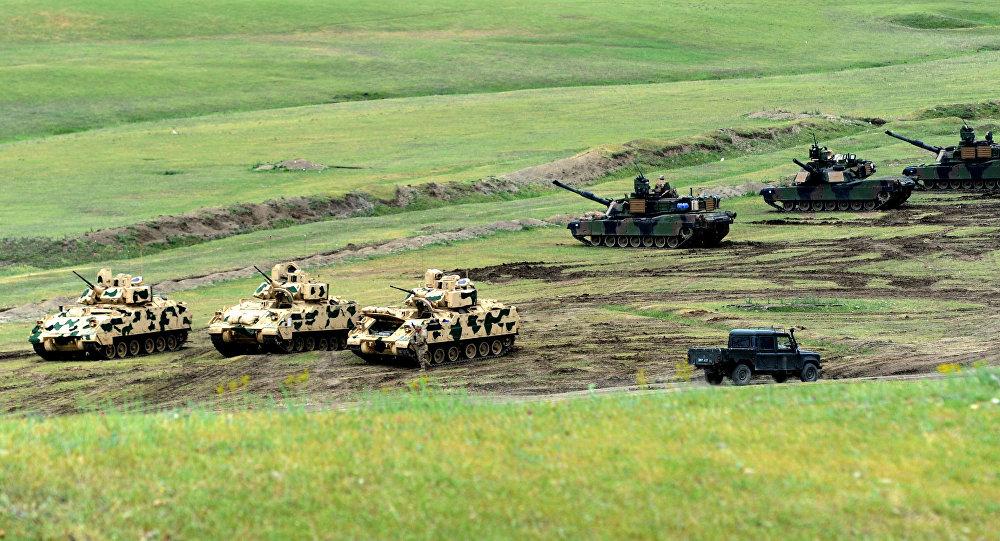 Veículos de combate de infantaria Bradley e tanques M1A2 Abrams norte-americanos durante os exercícios conjuntos georgiano-americanos (foto de arquivo)