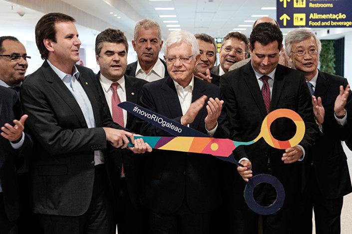 Maurício Quintella Lessa, o ministro dos Transportes, Portos e Aviação Civil, (2o D) e o Eduardo Paes, prefeito do Rio de Jaeiro (2o E)