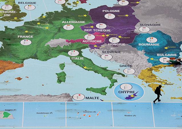 Mapa da Europa no jardim Champs de Mars, Paris, França, 2008 (foto de arquivo)