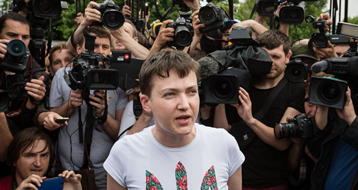 Recém-libertada piloto militar Nadezhda Savchenko no aeroporto de Kiev