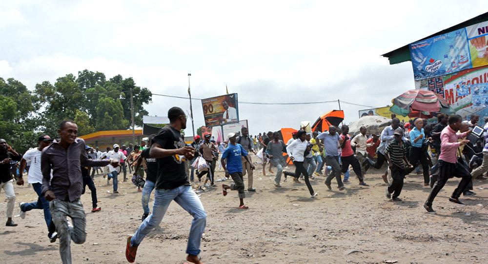 Manifestantes correm dos soldados enviados para dispersar um protesto contra o presidente Joseph Kabila em Kinshasa (arquivo)