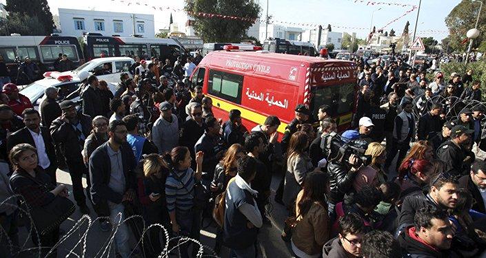 Ambulância leva corpos de vítimas do ataque de terroristas no museu nacional de Túnism na Tunisia.